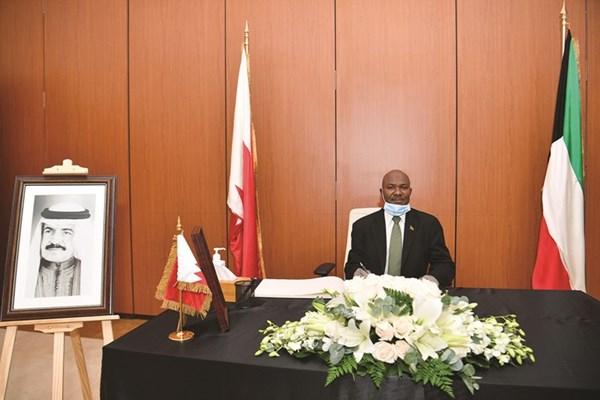 تقديم العزاء بالفقيد الراحل في سفارة مملكة البحرين