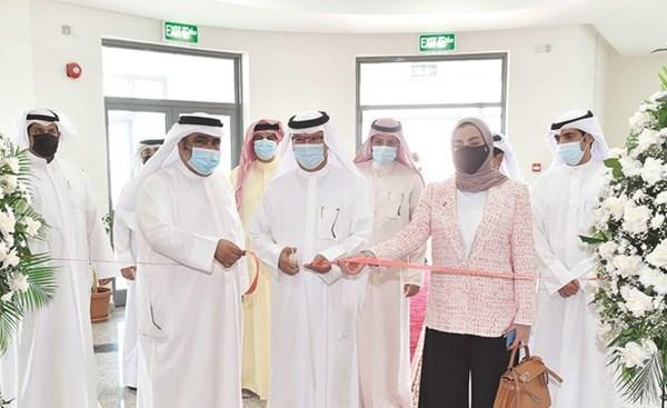 مبارك الحريص وم.خلود شهاب وعبداالله العازمي خلال قص شريط الافتتاح   (متين غوزال)