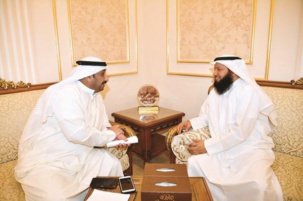 مرشح الدائرة الخامسة النائب السابق د.أحمد بن مطيع متحدثا للزميل عادل الشنان(قاسم باشا)