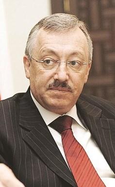 الوزير والنائب السابق أحمد فتفت