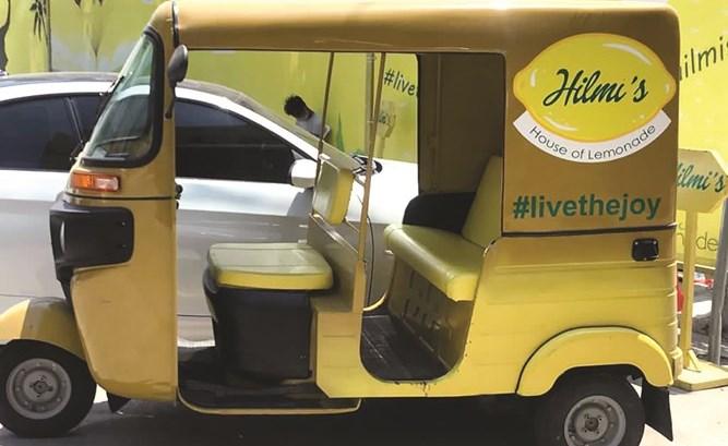 عربة التوك توك الصفراء الخاصة بالمحل