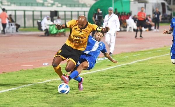 صراع كبير على الكرة خلال مواجهة القادسية والتضامن (محمد هاشم)